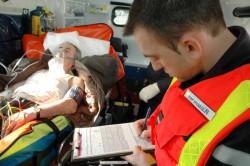 Infirmier Sapeur Pompier complétant le bilan d'une victime