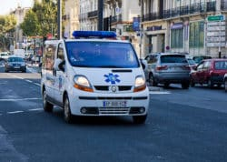 Un patient sauve la vie de son ambulancier sur le chemin de l'hôpital