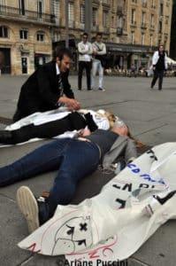 A Bordeaux, les infirmières tombent devant les passants