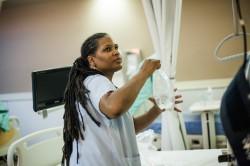 Karene, infirmière, au centre de dialyse de nuit Diaverum (à lire dans le dernier magazine ActuSoins). © Juliette Robert