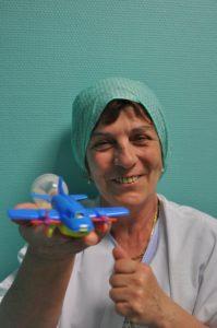 ©Ariane Puccini Brigitte Auguié tenant une valve respiratoire en forme d'avion à hélice qui lui a déjà permis d'hypnotiser ses jeunes patients.