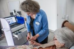 Marie-Odile Benoît, infirmière et cadre de santé à l'Ehpad Orpea de Saint-Rémy-lès-Chevreuse avec une patiente. ©Juliette Robert