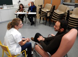 ©Olivier Blanchard Sebastien Sampietro joue un patient diabétique avec une étudiante sous le regard attentif des formateurs.