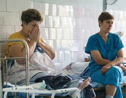 Irina (à gauche) a été amputée. Elle se demande si elle pourra un jour reprendre son travail d'infirmière. © Oleksandr Ratushnyak