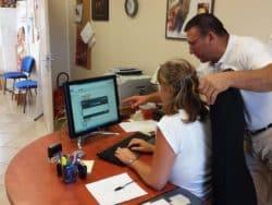 ©DR. Antonio Moreira, infirmier libéral, et sa secrétaire intègrent des données dans le dossier partagé.