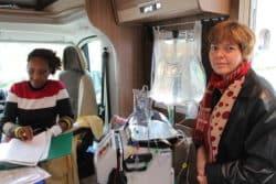 ©Emilie Lay Nina, une patiente (à gauche), s'autodialyse, en compagnie de Françoise, infirmière référente en formation sur l'hémodialyse à domicile.
