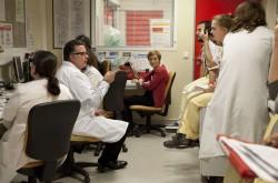 ©Natacha Soury Transmission au service des urgences de l'hôpital Bichat. Au centre, Pr. Enrique Casalino