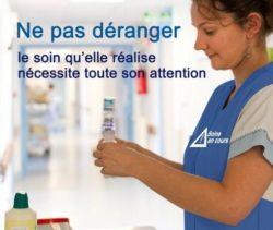 Infirmière ne pas déranger le soin qu'elle réalise nécessite toute son attention