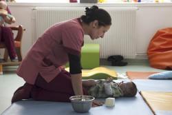 Nora infirmière maternité des bluets attire l'attention du petit Noah en salle d'éveil