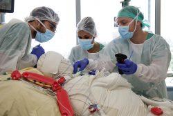 ©Natacha Soury Romuald, Karine et Charles : l'anesthésiste, l'aide soignante et l'infirmier, côte à côte, débutent le changement de pansements.