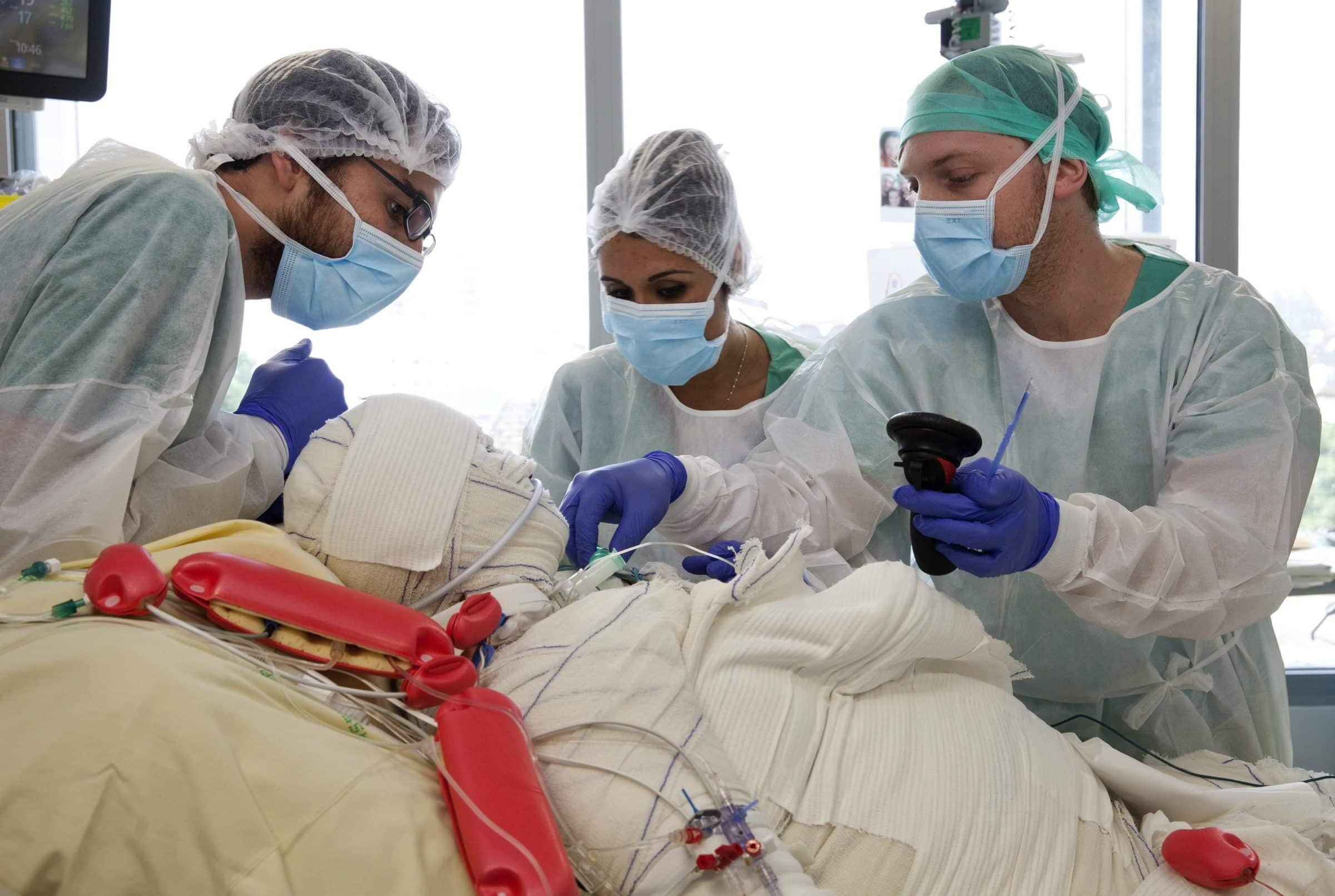 anesthesiste infirmiere Intensifs, un infirmier circulant et un technicien de maintenance médicale assembly-weuorg assembly-weuorg there were six staff on each team, including a.