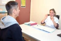 Pour les sourds, la communication au cœur des soins. Une infirmière, Aïni Amrouche, assure ce rôle de pivot.