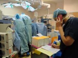 Joanne, infirmière se doit d'être en contact constant avec l'agence de biomédecine, y compris au bloc