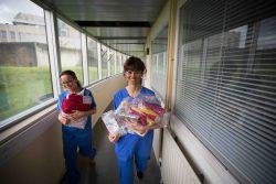 A gauche, Gaëlle, infirmière puéricultrice, présidente de l'association; à droite, Nadège, trésorière. Toutes deux sont puéricultrices.