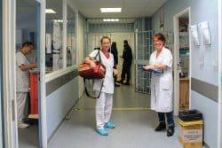 Katia, infirmière et Florence, médecin s'apprêtent à visiter les détenus au quartier disciplinaire le mitard