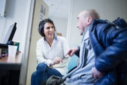Marie, infirmière en consultation d'entrée avec Dimitri, un patient. © Charlotte Gonzalez.