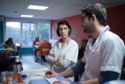 Marie, infirmière et Pierre infirmier préparent les médicaments dans la cantine du Centre. © Charlotte Gonzalez.