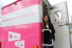 Infirmière puéricultrice, Anne Blanchard accueille les patients dans ce bus de la PMI des Yvelines