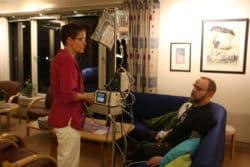 Else-Berit, l'une des six infirmières de l'hôpital, avec un patient