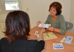 Yseult Arlen, infirmière libérale membre de l'cccic, lors d'une séance d'ETP sur la prise en charge de la douleur à domicile