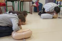 Infirmière scolaire : Ici, le bouche à bouche lors d'une initiation au massage cardiaque externe