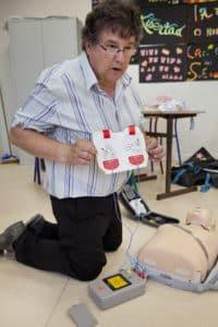 Michel Daudibon, infirmier, supervise un groupe de dix élèves, lors d'une formation aux gestes qui sauvent