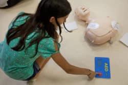 Infirmière scolaire : Chaque participant a à sa disposition un mannequin et un défibrillateur factice afin de pouvoir apprendre à utiliser l'appareil en complément du massage cardiaque externe
