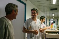 L'infirmier Pierre Mayeux et Jean-Claude Brice étudiant en soins infirmiers effectuent la distribution des médicaments