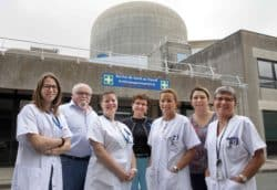 Une partie de l'équipe du service de santé de la centrale nucléaire de Paluel. L'infirmière, Catherine Martin (à droite) porte sur sa blouse son dosimètre.