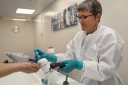 Catherine Martin, infirmière, aide le contaminé à se nettoyer à l'eau et au savon, afin d'éliminer les particules.