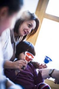 Une infirmière musicothérapeute stimule l'éveil musical des enfants autistes