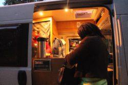 Maraude au bois de Boulogne. Les travailleuses du sexe viennent au véhicule le temps de prendre une boisson chaude