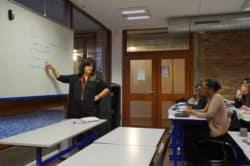 Zohra Safrano, formatrice à l'IFSI de la Fondation des Diaconesses, pendant les TD de pharmacologie