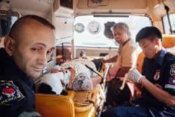 Sébastien Perret, fondateur de la fondation, dans une ambulance conduisant une victime à l'hôpital