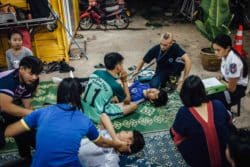Jeunes volontaires répétant les gestes de premiers secours dans une station proche de l'aéroport de Vientiane