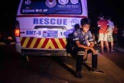 Un jeune volontaire se repose après avoir transporté le corps sans vie d'un accidenté de la route