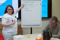 Caroline Juliard Albany infirmière anime un atelier thérapeutique sur les facteurs de risque