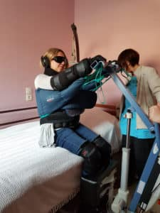 Une soignante teste un verticalisateur