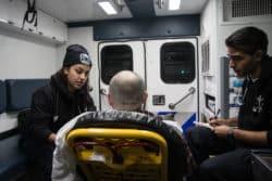 Linda Reyes, 23 ans, et John Shalov, 25 ans, prennent en charge un patient