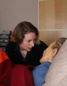 Clémentine Fensch réveille doucement sa patiente avant les soins