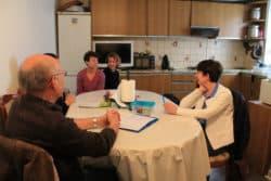Le docteur Francis Diez et Frédérique Lacour, cadre de santé du réseau de soins palliatifs Quiétude, ainsi que les deux infirmières libérales, discutent avec la famille de l'alimentation, des traitements, de l'état général d'Anissa