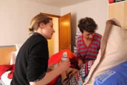 Amélie Boulanger (à droite) et Clémentine Fensch (à gauche), infirmières libérales, donnent son traitement à Anissa