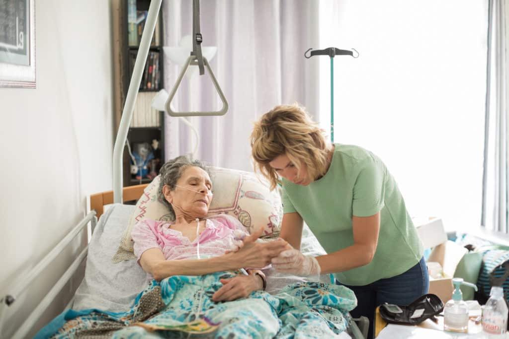 La prise en soins des patients en fin de vie fait également partie des soins assurés par l'HAD. Atteinte d'un cancer des poumons, la patiente est désormais en soins palliatifs. Entourée de sa fille, elle peut, avec les soins apportés à domicile, terminer sa vie chez elle. © Pascal Vo