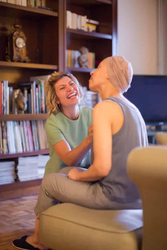 L'HAD de la FOCSS assure les soins d'une patiente atteinte d'un cancer des ovaires. Sous chimiothérapie, elle est alimentée par voie parentérale. Elodie s'est rendue au domicile de cette patiente pour le débranchement de l'alimentation mise en place pour la nuit. Elle assure également une surveillance des symptômes post-chimiothérapie : prises des constantes et de la température, surveillance du transit, de la douleur et des nausées, sans oublier le moral. © Pascal Vo