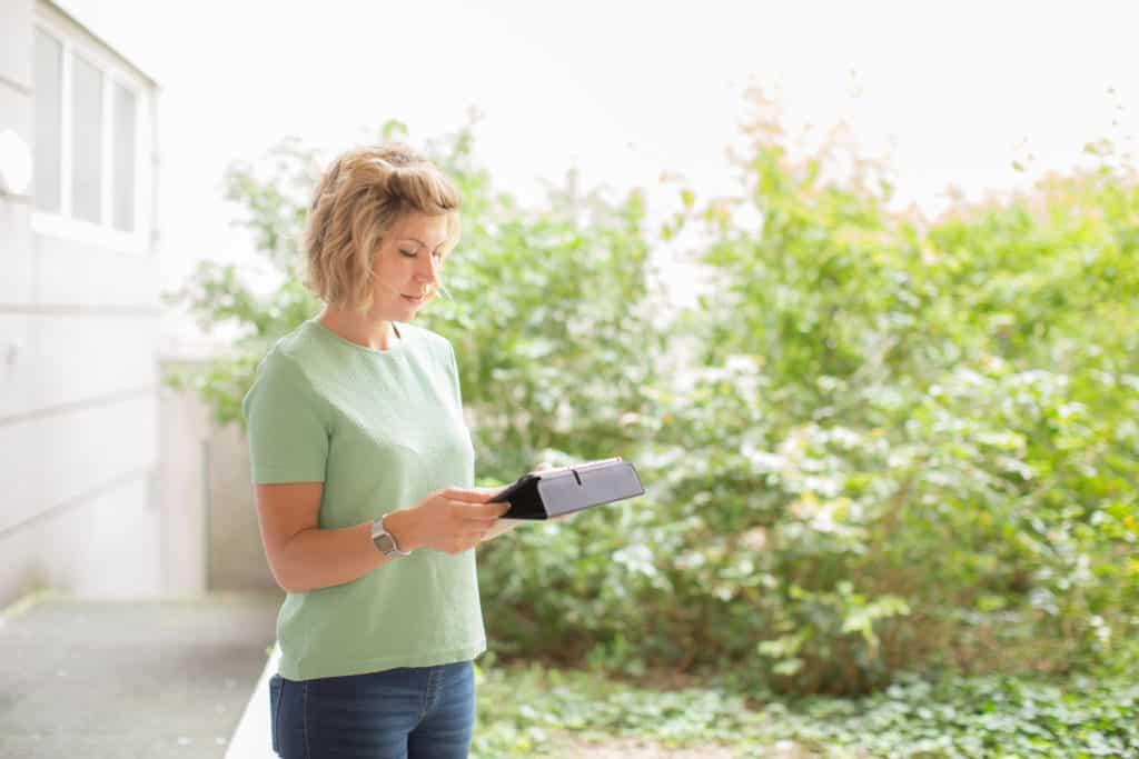 La tablette est le compagnon de route d'Elodie pendant sa tournée. Outre son planning, elle a accès à une application partagée avec l'ensemble des professionnels de santé de l'HAD qui lui permet de prendre connaissance des informations concernant le patient : les pathologies, les antécédents, les dernières ordonnances, les bilans, les comptes rendus. Elle trace également ses interventions, les transmissions ciblées, etc. © Pascal Vo