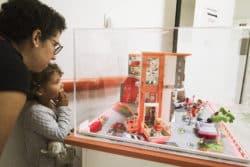 Pour Judith, trois ans, le circuit ludique au service de chirurgie ambulatoire ORL du Centre Hospitalier Sud Francilien de Corbeil-Essonnes commence par une découverte de l'hôpital en... Playmobils, avec maman
