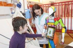 Le recours à la distraction grâce au robot Hope, au CHU de Rouen, permet une baisse durable des prescriptions médicamenteuses et un accroissement du bien-être des enfants et de leurs parents