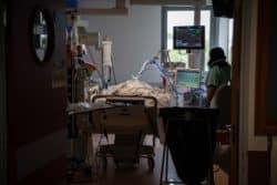 En réanimation, trois patients sont pris en charge par une infirmière et une aide-soignante
