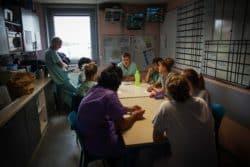 Tous les matins, l'ensemble de l'équipe (médecins, infirmiers, aides-soignants) se retrouve pour une réunion afin de faire le point sur la prise en charge des patients du service