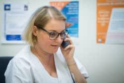 Une des missions de Stéphany Castan est d'assurer le suivi téléphonique des patients inclus dans PACODERM